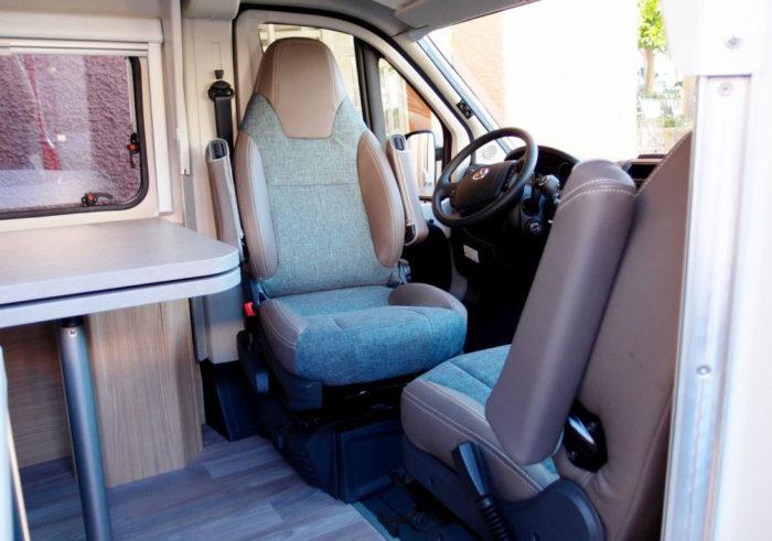 pilotní sedadla a jídelní stůl v obytné dodávce Knaus BoxLife 600 MQ