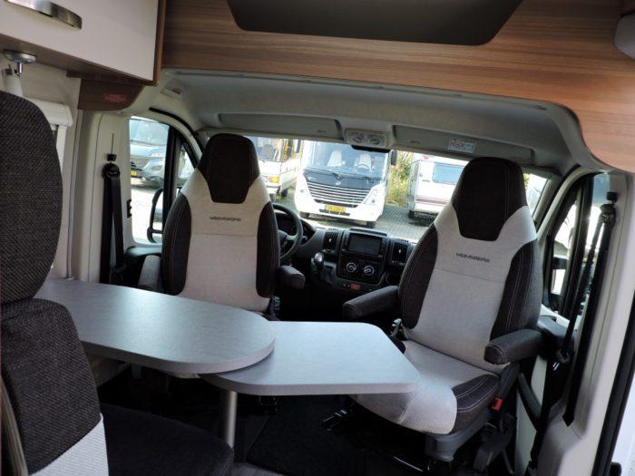 Jídelní stůl a sedadla v kabině řidiče obytné dodávce Weinsberg CaraBus 631 ME EDICE FIRE