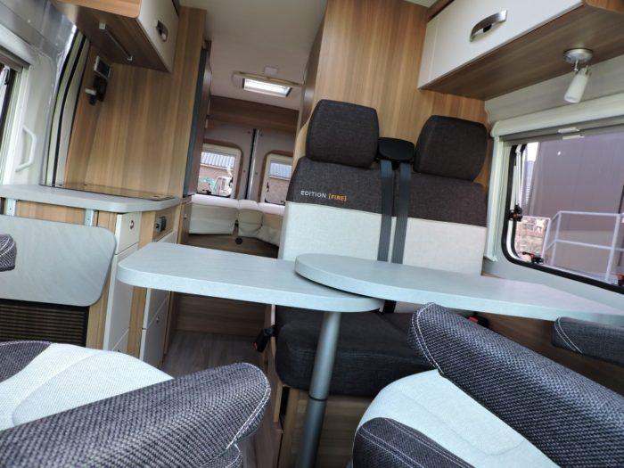 Jídelní stůl a obytný prostor obytné dodávce Weinsberg CaraBus 631 ME EDICE FIRE