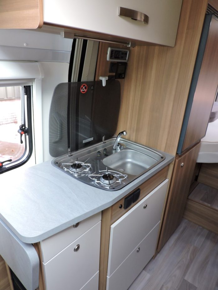Kuchyňská linka a sporák s umyvadlem v obytné dodávce Weinsberg CaraBus 631 ME EDICE FIRE