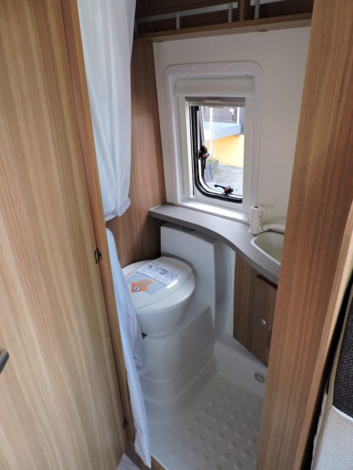 Sprchový kout a toaleta v obytné dodávce Weinsberg CaraBus 631 ME EDICE FIRE
