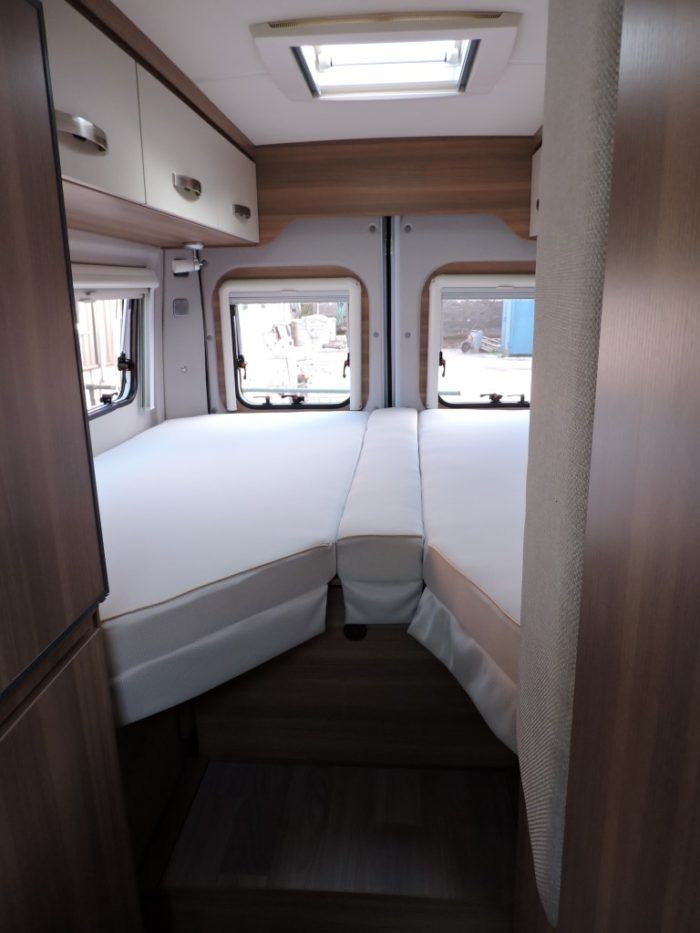 zadní postel v Obytné dodávce Weinsberg CaraBus 631 ME EDICE FIRE