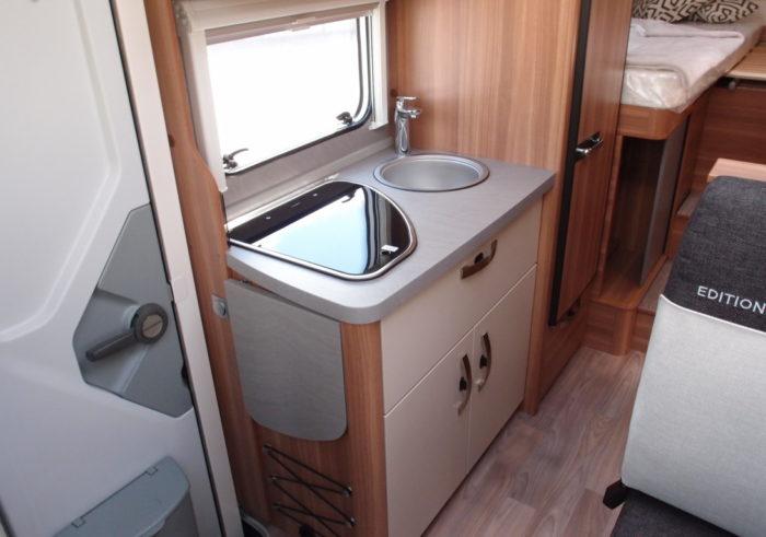 Kuchyně v obytném autě WEINSBERG PEPPER 600 MEG