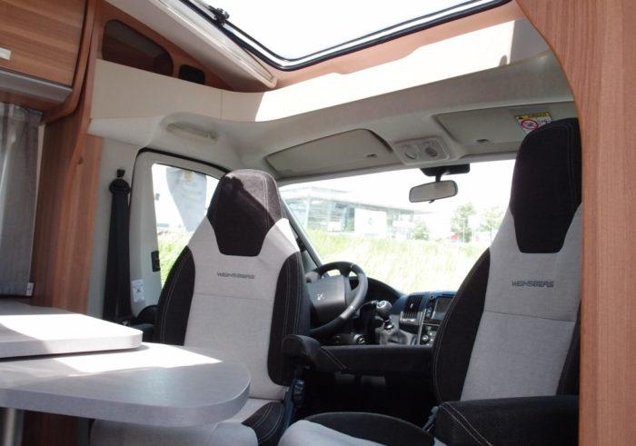 Střešní okno v kabině řidiče obytného auta WEINSBERG PEPPER 600 MEG