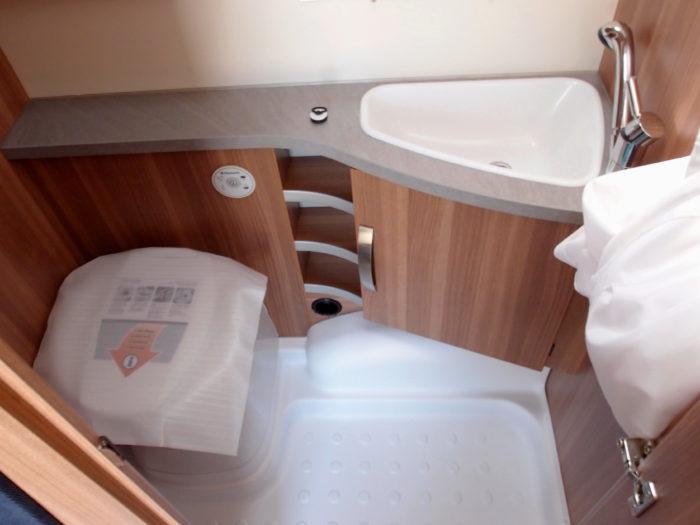 Koueplna a toaleta v karavanu Weinsberg CaraOne 400 LK