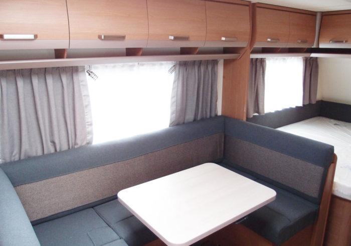 Sezení a jídelní stůl v obytném prostoru v karavanu Knaus Sport 550 FSK