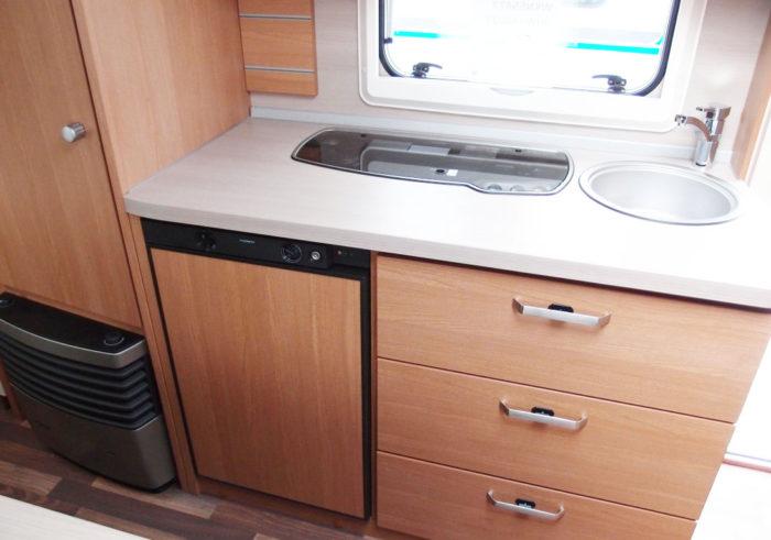 Kuchyňská linka se sporákem a umyvadlem v Karavanu Knaus Sport 550 FSK