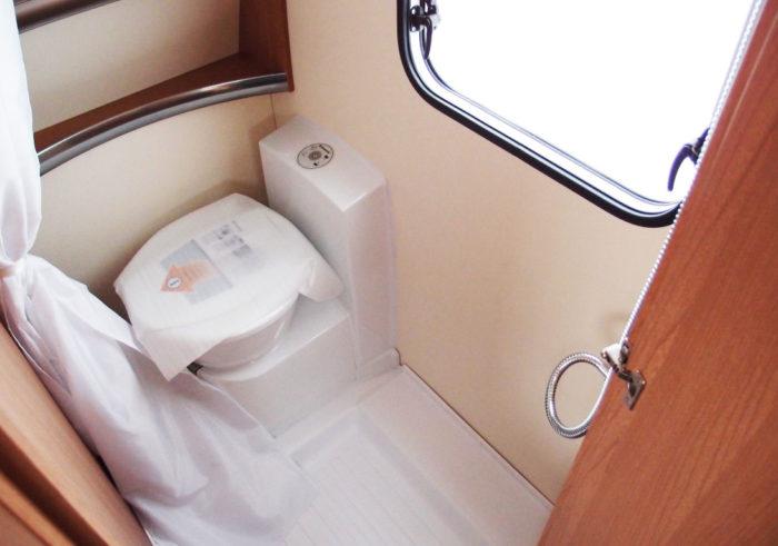Sprchový kout a toaleta v karavanu Knaus Sport 550 FSK