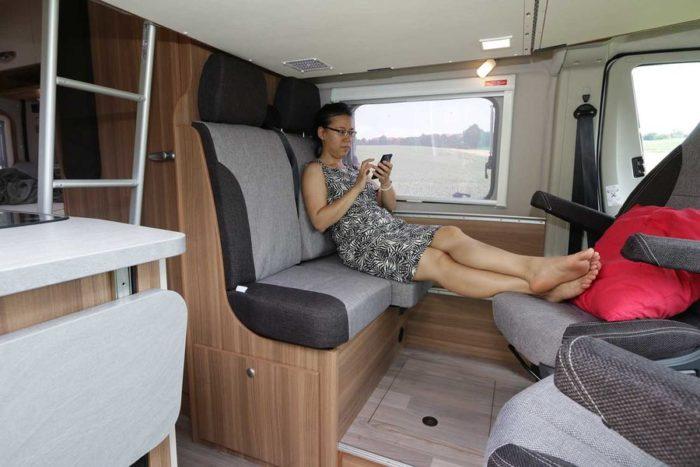 Sklápěcí postel v obytné dodávce Weinsberg CaraTour 601 DQMQ