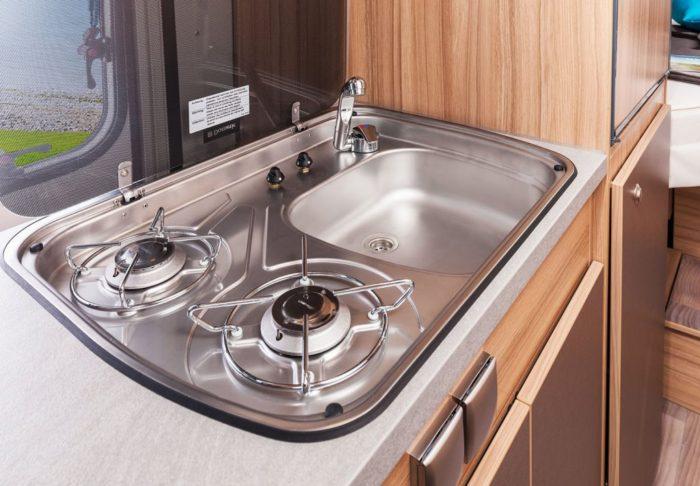Kuchyňská linka se sporákem a umyvadlem v obytné dodávce Weinsberg CaraTour 601 MQ