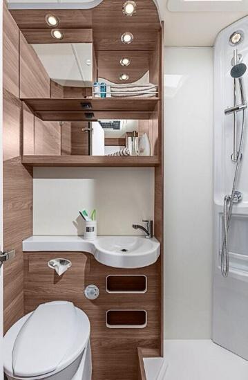 Sprchový kout a toaleta v obytném autě Knaus LiveWave 700 MEG