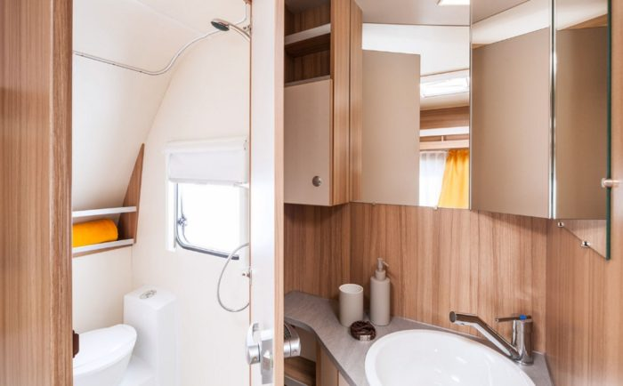 Sprchový kout a toaleta v karavanu Weinsberg Cara Two 450 FU