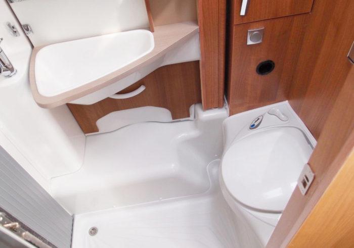 Sprchový kout a toaleta v obytném autě KNAUS VAN I 650 MEG