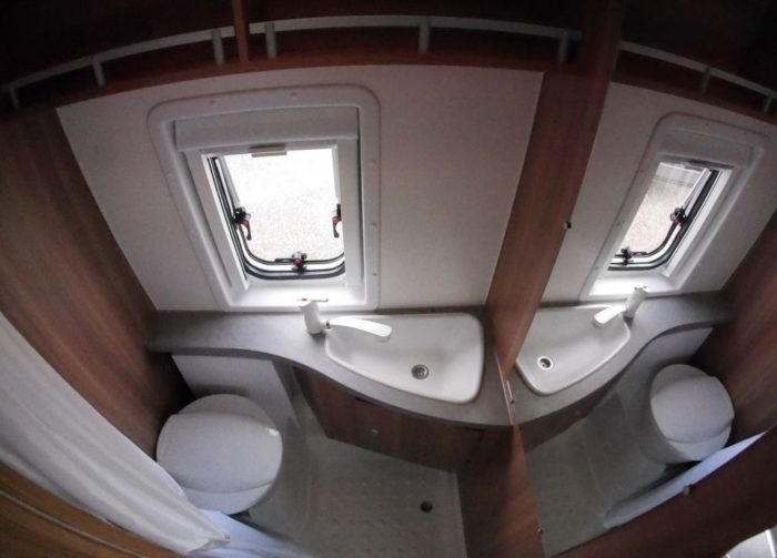 koupelna v obytné dodávce Weinsberg CaraBus 601 MQ EDICE FIRE