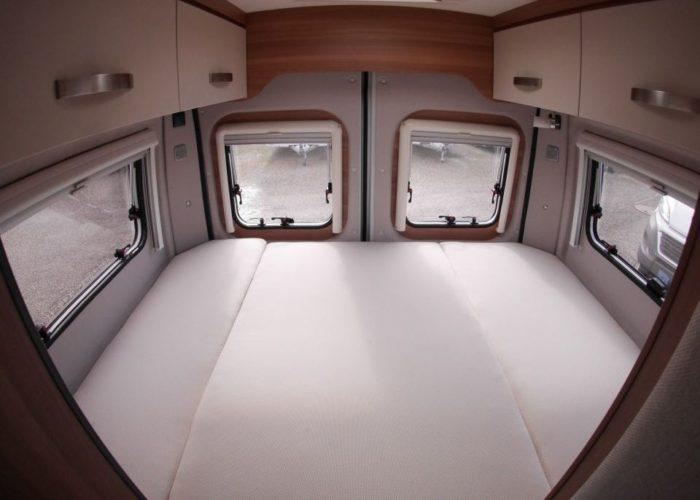 Zadní postel v obytné dodávce Weinsberg CaraBus 601 MQ EDICE FIRE
