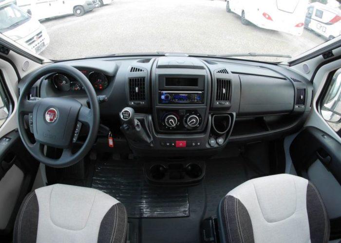 Palubní deska a volant kabině řidiče v obytné dodávce Weinsberg CaraBus 601 MQ EDICE FIRE