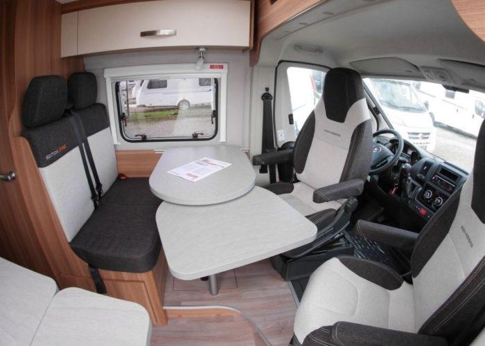 Jídelní stůl s otočnými sedadly v kabině řidiče v obytné dodávce Weinsberg CaraBus 601 MQ EDICE FIRE