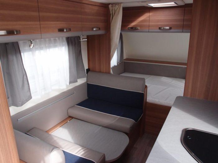 Skládací stůl na postel v obytném prostoru karavanu Weinsberg CaraOne 480 QDK