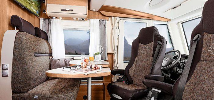 pilotní sedadla a stůl v kabině obytného auta Knaus Van I 650 MEG Platinum Selection