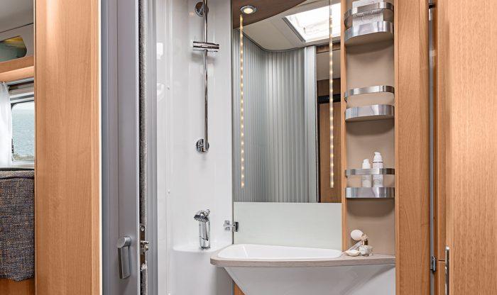 Koupelna s umyvadlem a toaletou v obytném autě Knaus Van I 650 MEG Platinum Selection 2018