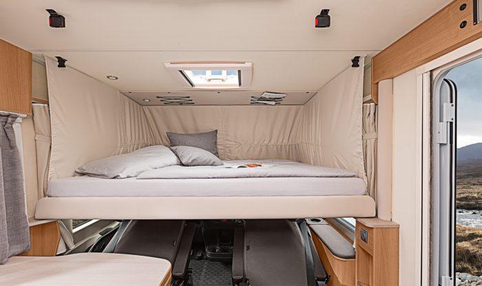 Skládací postel nad kabinou řidiče v obytném autě Knaus Van I 650 MEG Platinum Selection 2018
