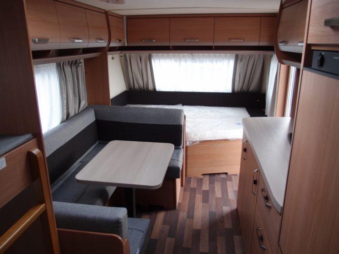 Obytný prostor a skládací sezení v karavanu KNAUS SPORT 580 QS