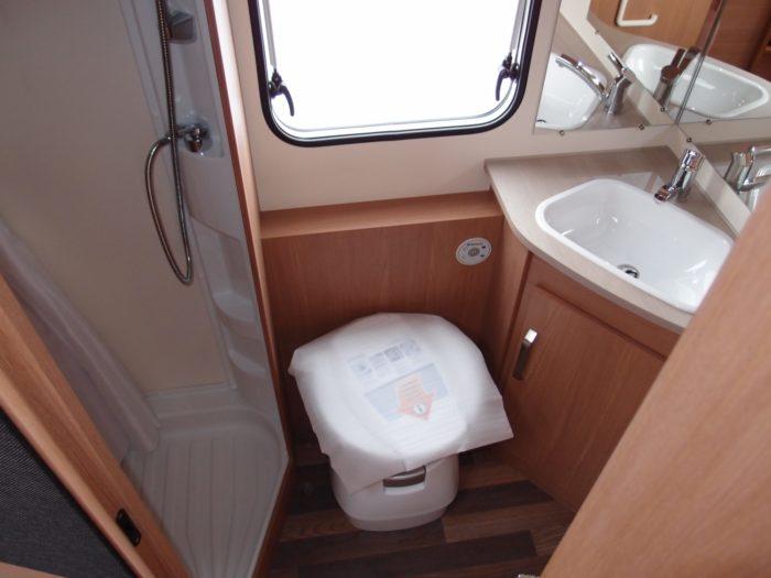 koupelna a záchod karavanu KNAUS SPORT 580 QS