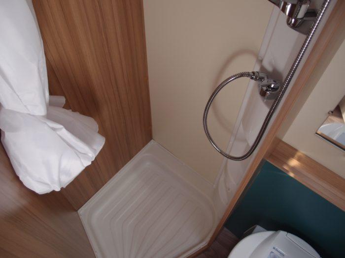 Sprchový kout a chemikcý záchod v karavanu Weinsberg Cara Two 500 QDK