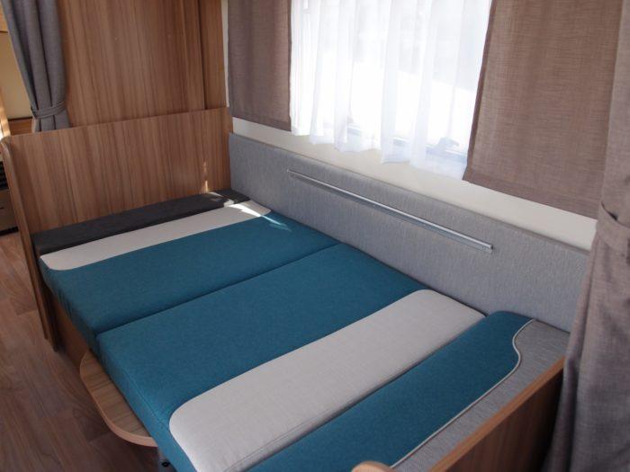 Skládací sezení změněné na lůžko v karavanu Weinsberg Cara Two 500 QDK