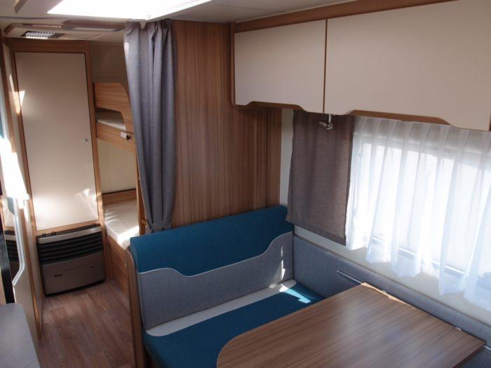 skládací sezení v obytném prostoru karavanu Weinsberg Cara Two 500 QDK