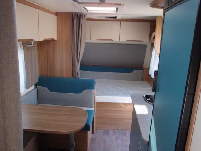 Sezení v obytném prostoru karavanu Weinsberg Cara Two 500 QDK