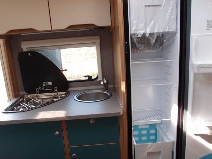 Kuchyňská linka se sporákem, umyvadlem a lednicí dometic v karavanu Weinsberg Cara Two 500 QDK