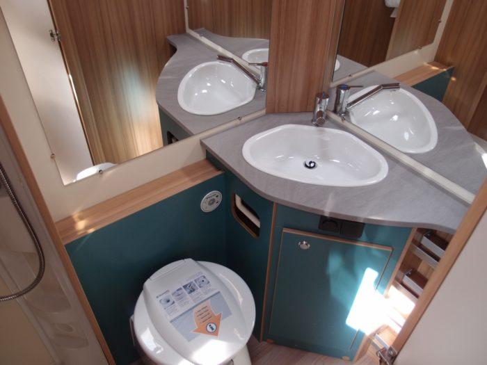 umyvadlo a chemikcý záchod v karavanu Weinsberg Cara Two 500 QDK