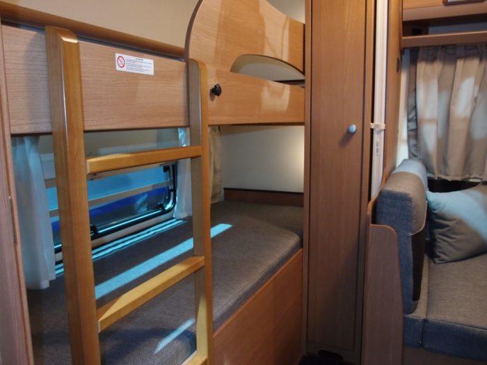 Palandy a interiér v karavan obytném přívěsu Knaus sport 500 FDK