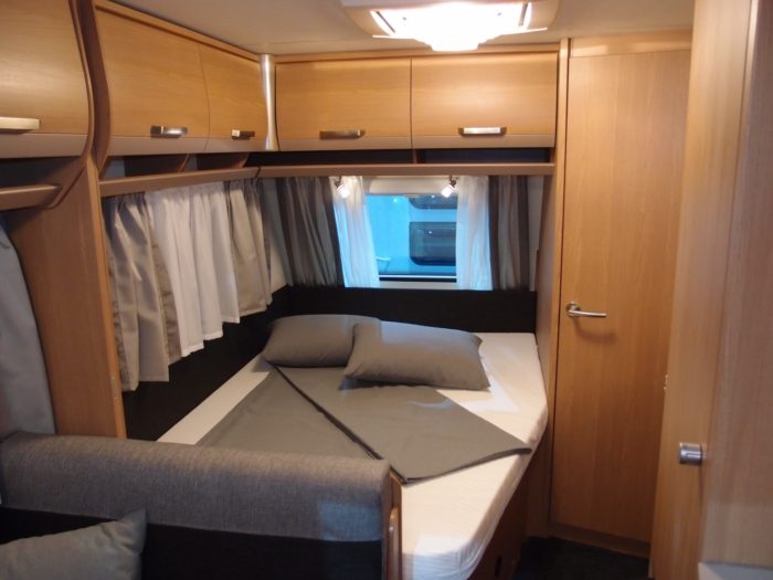 Ložnice s postelí v novém karavanu knaus Sport 500 FDK 2018
