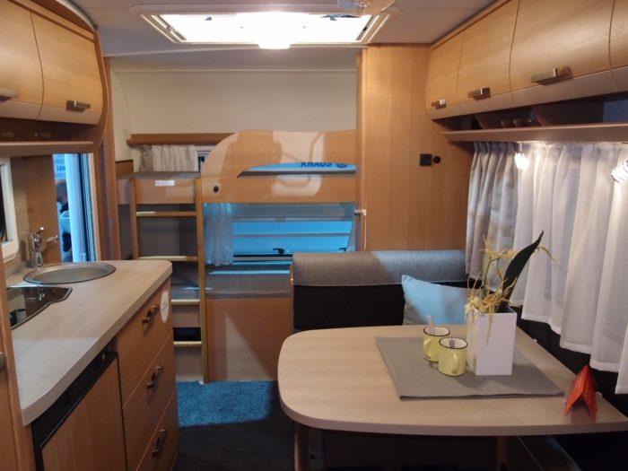 Kuchyně a obývací prostor v interiéru karavanu, obytného přívěsu knaus Sport 500 FDK 2018