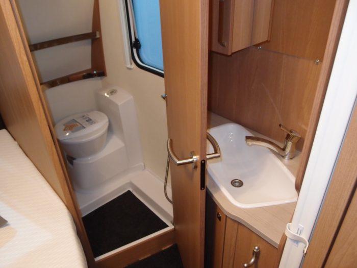 Koupelna a interiér karavanu sport 500 FDK 2018